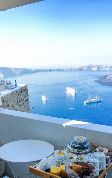 On the Rocks Hotel in Santorini Photo by taste-of-milano.com