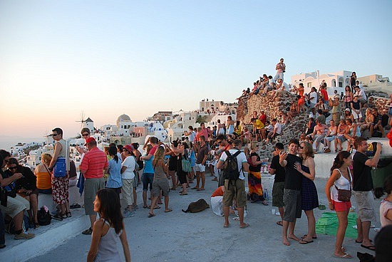 15-1260807218-the-crowd-waiting-for-the-oia-sunset